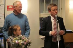 Jørgen Kristiansen taler for Båsland, her med barnebarnet Emma Helene.